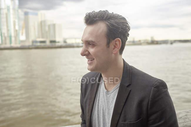 Empresario adulto medio en paseo marítimo, Londres, Reino Unido - foto de stock