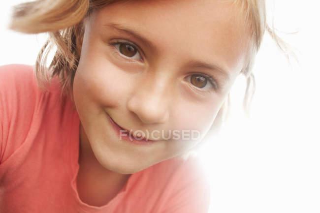 Nahaufnahme eines Mädchens mit lächelndem Gesicht — Stockfoto