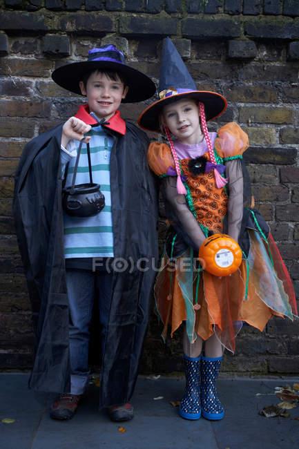 Enfants vêtus de costumes d'halloween — Photo de stock
