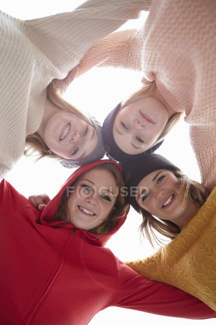 Ritratto di quattro ragazze adolescenti testa a testa — Foto stock