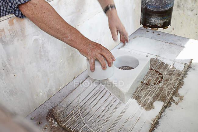 Lavoratore che tira pietra tagliata da blocco — Foto stock