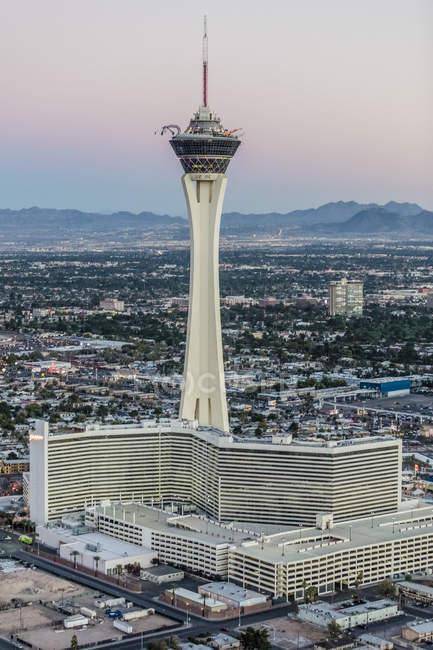 Luftaufnahme des Stratosphere Tower gegen Stadtbild — Stockfoto