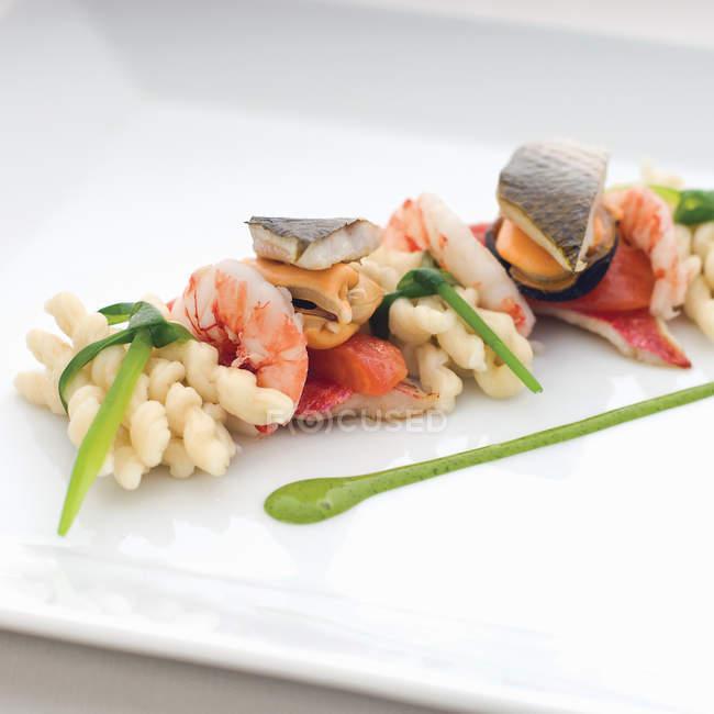 Морепродукти макарони з травами — стокове фото