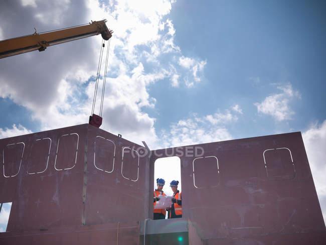 Ingegneri che esaminano le parti della nave — Foto stock