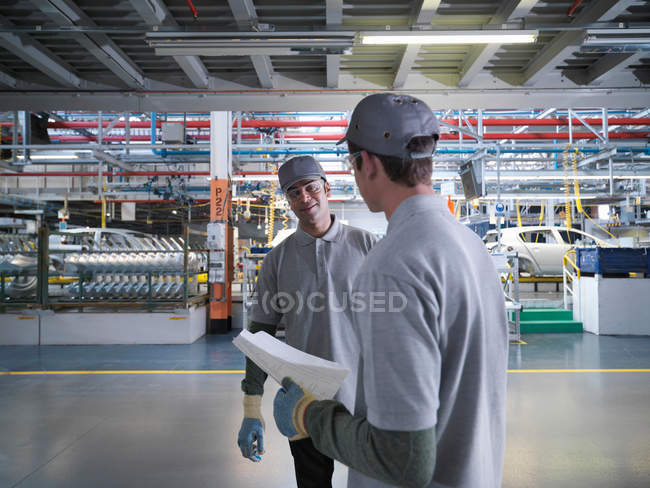 Car Plant Workers Talking In Factory — Stock Photo