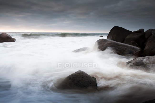 Vagues se lavant sur les roches — Photo de stock