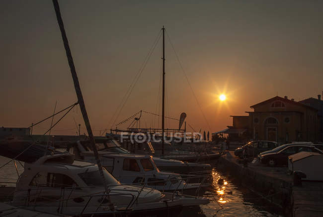 Tramonto sul porto urbano — Foto stock