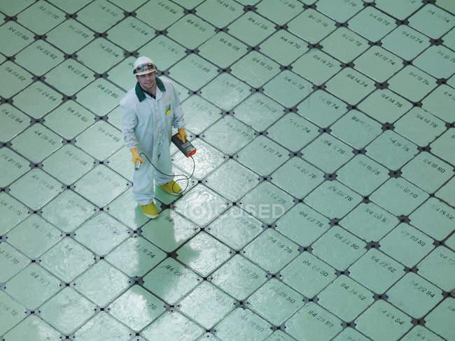 Ingénieur sur le bouchon de pile de réacteur nucléaire — Photo de stock