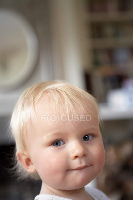 Menino olhando para a câmera, foco em primeiro plano — Fotografia de Stock