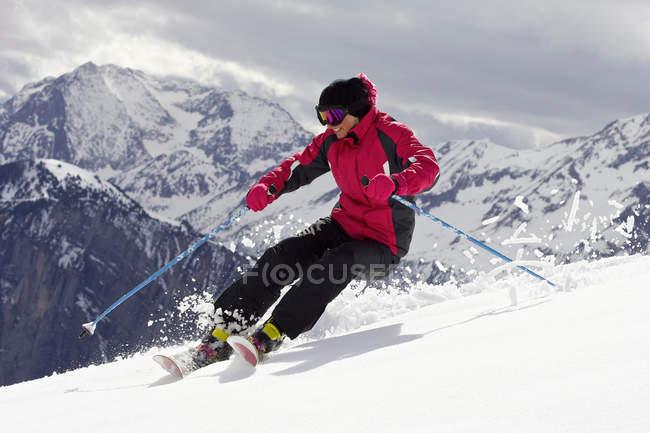 Лыжник, делать трюки на склоне — стоковое фото