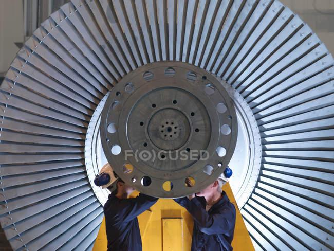 Coordenadores que trabalham na turbina — Fotografia de Stock
