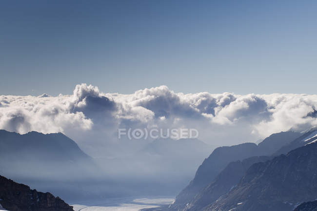 Mountains and low clouds over valley — Stock Photo