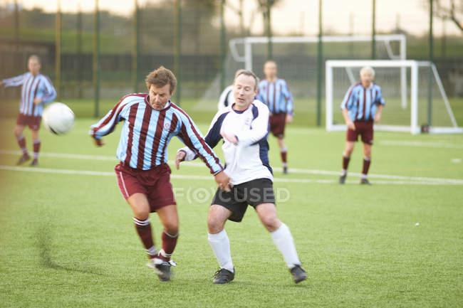 Fußballer kämpfen auf dem Feld um Ball — Stockfoto
