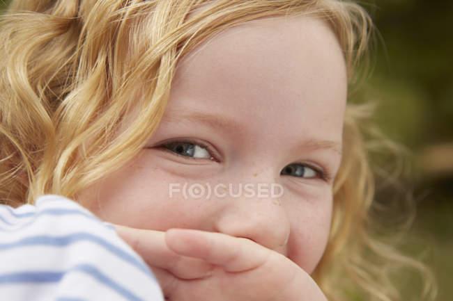 Ritratto ravvicinato di ragazza con bocca coperta di mano — Foto stock