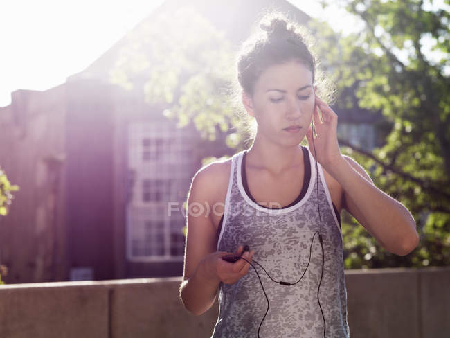 Young woman listening music with earphones — Stock Photo