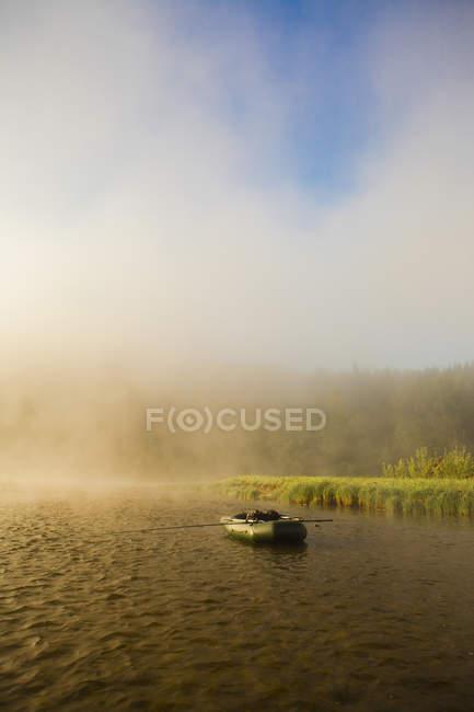 Вид лодки на Туманная река — стоковое фото