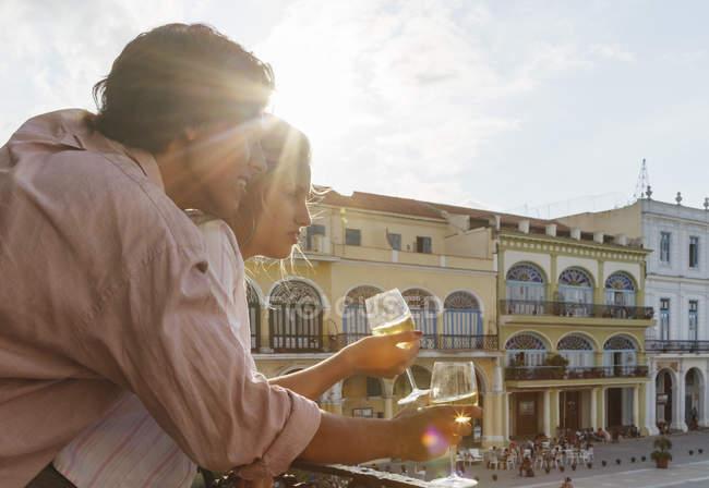 Giovani coppie che guardano dal balcone del ristorante in Plaza Vieja, l'Avana, Cuba — Foto stock