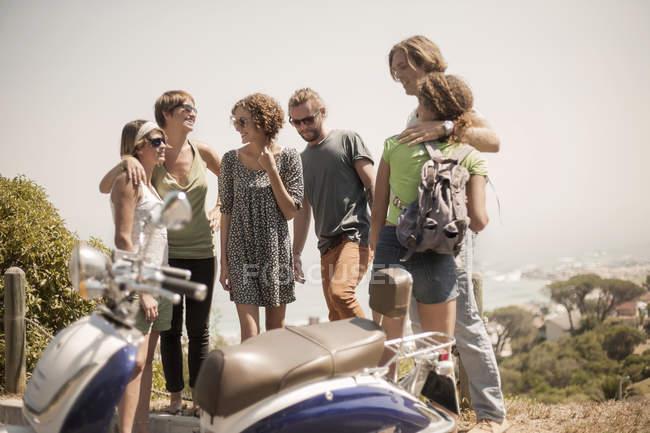 Gruppe von Freunden zusammen, im freien stehend — Stockfoto