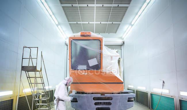 Técnica de pulverización de pintura en fábrica de reparación de camiones - foto de stock