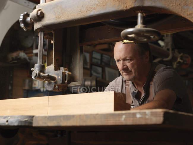 Производитель лодок в мастерской — стоковое фото