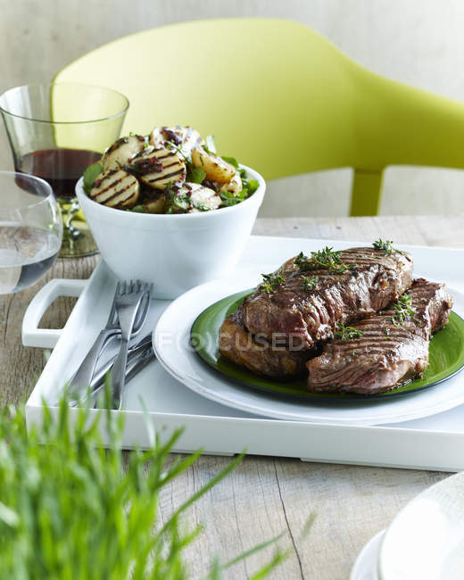 Kalamata vom Roastbeef mit Kartoffelsalat — Stockfoto