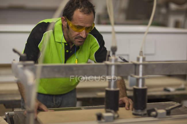 Tronçonneuse sur scie à table en atelier — Photo de stock