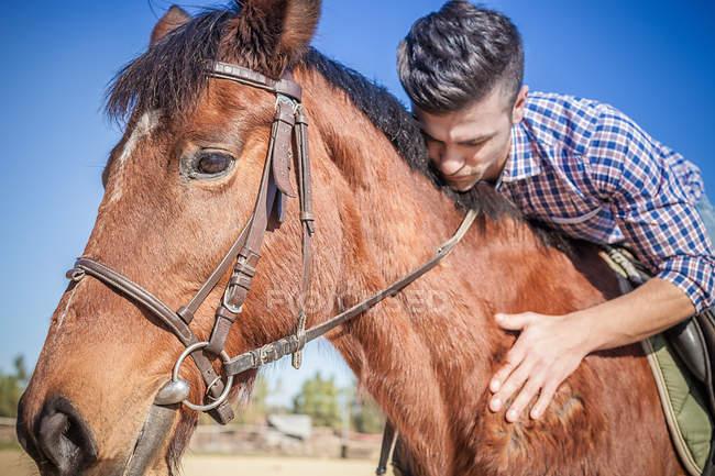 Jovem a cavalo — Fotografia de Stock