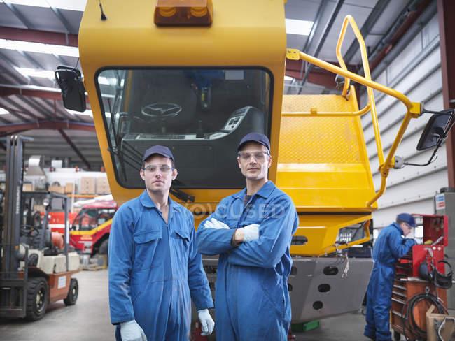 Портрет инженеров на заводе по ремонту грузовиков — стоковое фото