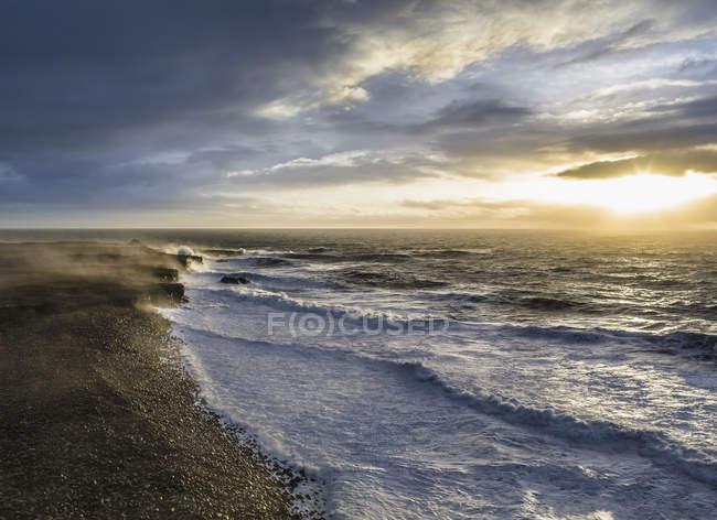 Vista do mar ao nascer do sol e céu tempestuoso — Fotografia de Stock