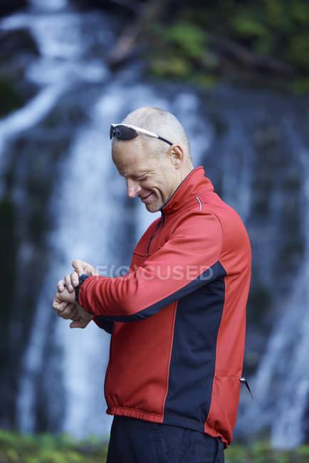 Зрелый человек, проверка смотреть — стоковое фото