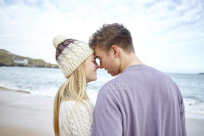Романтичний молода пара лицем до лиця на пляжі, Костянтин Bay, Корнуолл, Великобританія — стокове фото