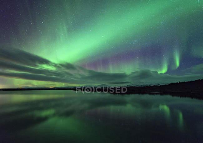 Вид на Северное сияние над водой, Тингветлир, Исландия — стоковое фото