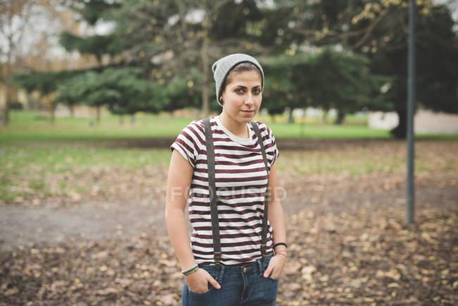 Портрет підліток стоячи в парку з руки в кишені — стокове фото