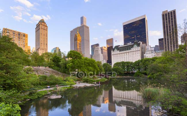 Skyline in reflection lake in Central Park — Stock Photo