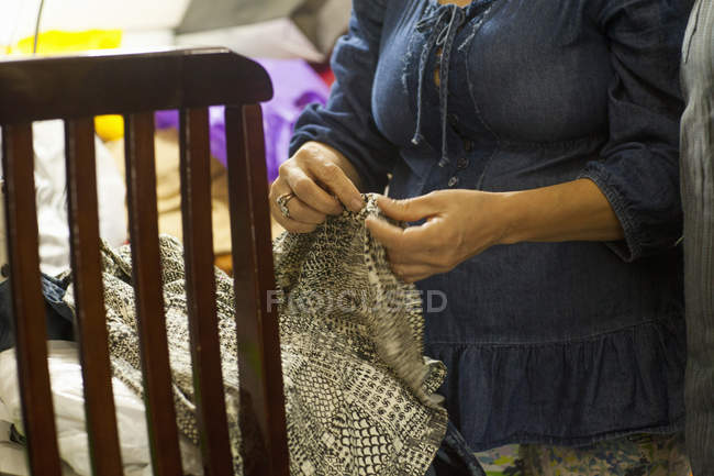 Photo recadrée de couturière dans l'atelier de couture — Photo de stock