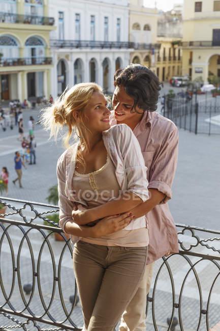 Romantische junges paar umarmt auf Restaurant-Balkon in Plaza Vieja, Havanna, Kuba — Stockfoto