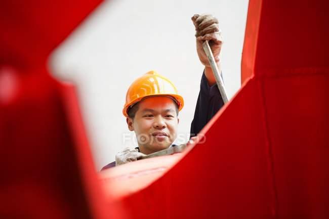 Працівник, використовуючи обладнання у кран виробництво facility, Китай — стокове фото