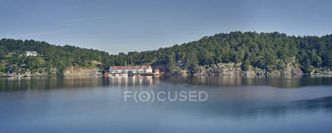 Fjord et village lointain — Photo de stock