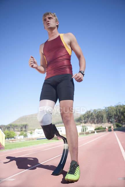 Спринтер стояв з протезами на стадіоні — стокове фото