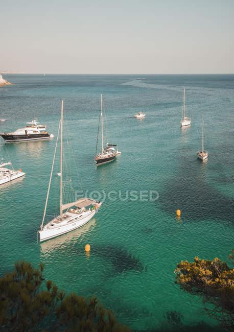 Yachts anchored in bay at Cala Macarella — Stock Photo