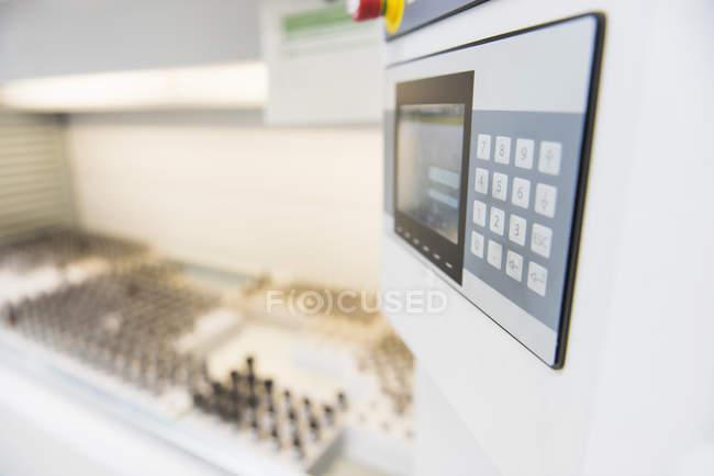 Chiuda in su del pannello di controllo in fabbrica di elettronica — Foto stock