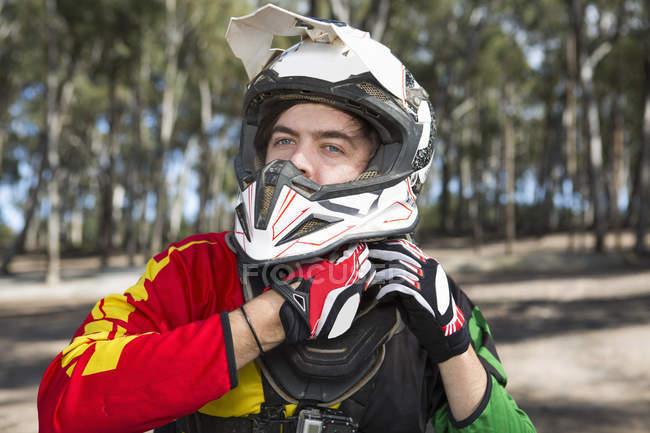 Мотокросс мотоциклист крепления шлем в лесу — стоковое фото