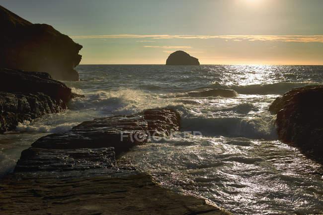 Скалистые утесы и море на рассвете — стоковое фото