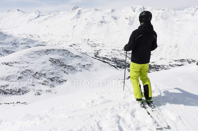 Вид сзади спортсмен, глядя на спуске, Обергургль, Австрия — стоковое фото