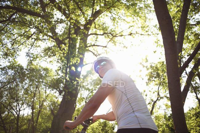 Radsportler im Wald — Stockfoto