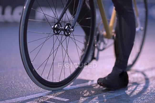 Junge weibliche Radfahrer wartet an der Startlinie Velodrom planmäßig — Stockfoto