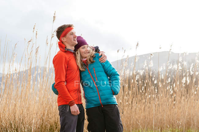Coppia giovane escursioni a piedi, looking at view, Derwent Water, Keswick, Lake District, Cumbria, Regno Unito — Foto stock