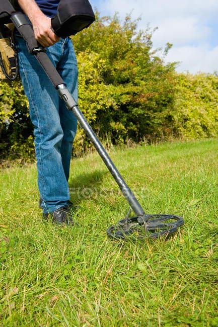 Blick auf reifer Mann Suche Metalldetektor Grass beschnitten — Stockfoto