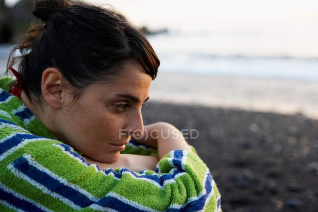 Ritratto di donna seduta sulla spiaggia — Foto stock