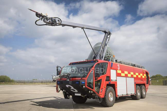 Especialista en bomberos del aeropuerto en las instalaciones de formación - foto de stock